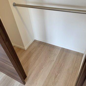 【洋室】奥行きはそこまでありませんが、ハンガーポールにたっぷり掛けられます。※写真は4階の反転間取り別部屋のものです