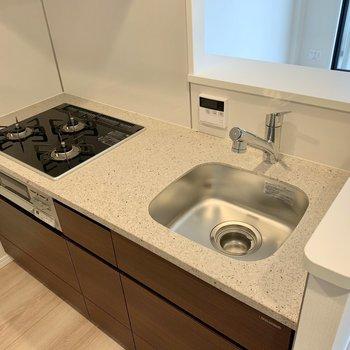 【LDK】三口コンロにグリル付き。料理の幅が広がりますね。※写真は4階の反転間取り別部屋のものです