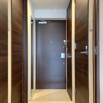 玄関は段差が少なめ。ペットも躓きにくくて安心です。※写真は4階の反転間取り別部屋のものです