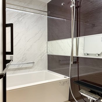 ゆったりとしたバスルームでリラックス。浴室乾燥機付きです。※写真は4階の反転間取り別部屋のものです