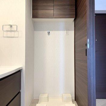 洗濯機置場上に洗剤が置けます。※写真は4階の反転間取り別部屋のものです