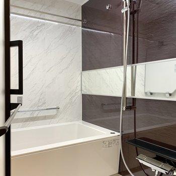 ゆったりとしたバスルームでリラックス。浴室乾燥機付きです。※写真は4階の同間取り別部屋のものです