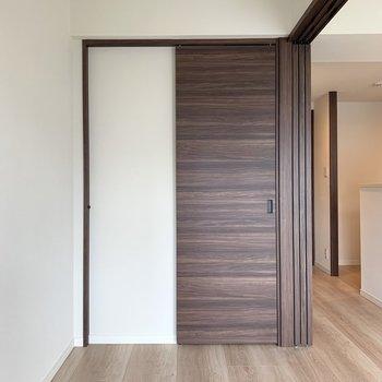 【洋室】シンプルな内装なので、ベッドカバーやクッションで彩りをプラスしたいですね。※写真は4階の同間取り別部屋のものです