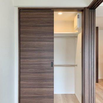 【洋室】ウォークインクローゼットはライトで見やすく。※写真は4階の同間取り別部屋のものです