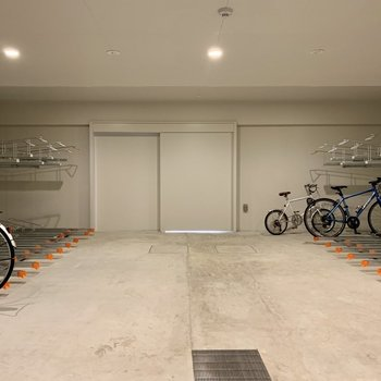 屋内駐輪場で自転車も汚れにくく。