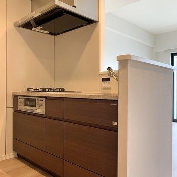 【LDK】キッチン下にはフライパンもスッキリ仕舞えますよ。※写真は4階の同間取り別部屋のものです