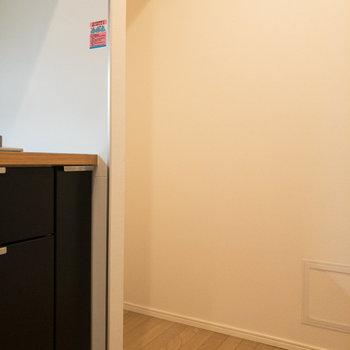 【LDK】奥に冷蔵庫置き場があります。