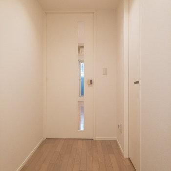 右側のドアを開けてサニタリーを見ていきましょう。