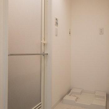 洗濯機置き場は浴室の近くに。