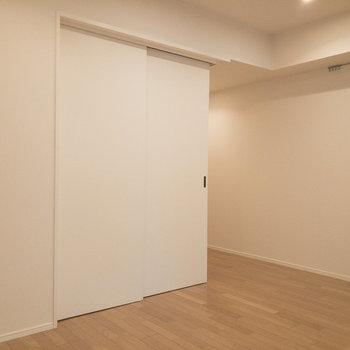 【LDK】左側には洋室があります。スライドドアを開けるとLDKがより広く感じられます。