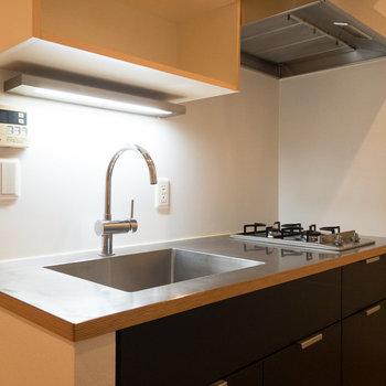 【LDK】キッチンは2口コンロ。蛇口のデザインが凝っていますね。