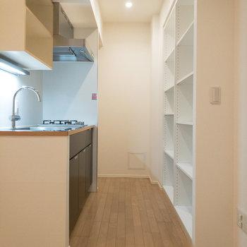 【LDK】キッチンの反対側にはシェルフが備え付けられています。