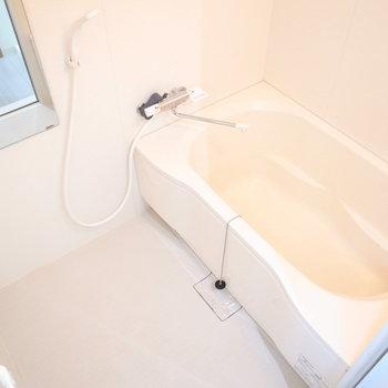 ゆったりしたきれいな浴室です。