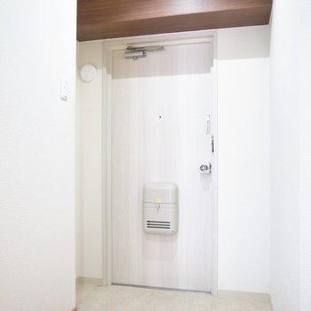 ゆとりのある玄関。シューズボックスはご用意くださいませ。