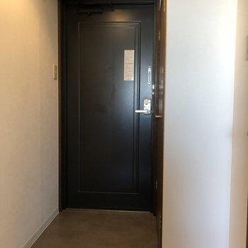 ゆとりのある玄関スペース。右側にシューズボックスが付いてます。