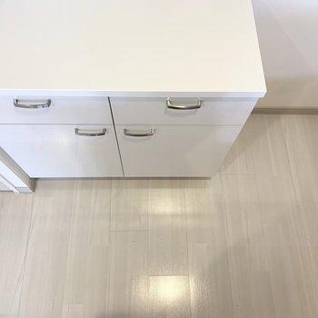 キッチンにしっかり収納棚が◎(※写真は4階の反転間取り角部屋のものです)