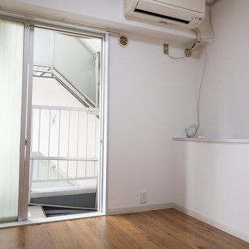 洋室2】ベランダが付いている、道路と反対側の洋室です。