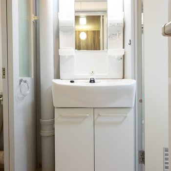 洗面台の横に細い棚を入れて収納を増やせそう!