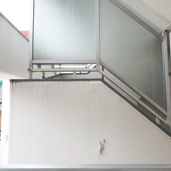 ベランダからの眺望はマンションの階段ですが、