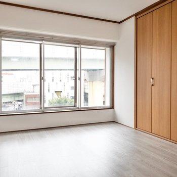 洋室1】道路側の洋室は窓が二重になっています。