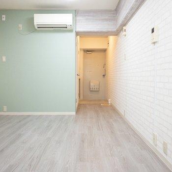 淡いグリーンの壁紙が柔らかい雰囲気を醸しだしてますね。