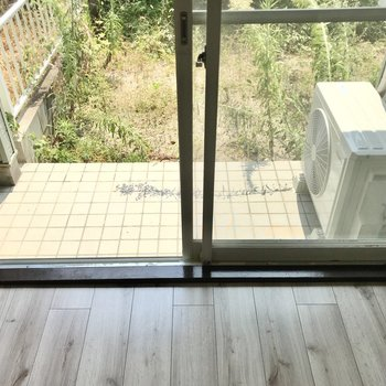 続いてお庭!窓の手前の高い位置に洗濯物を干せますよ