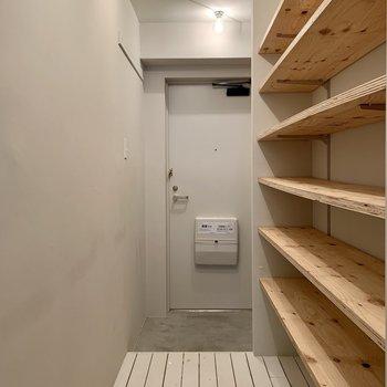 玄関はちょっと狭め。靴はこまめに収納するとスペースを保てます。