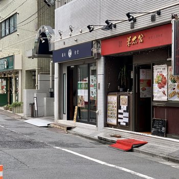 お部屋周辺には飲食店が立ち並んでいます。