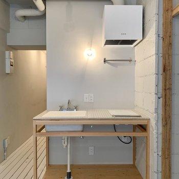 キッチン下にボックスを用意すると、フライパンなどの調理器具も置けますね。