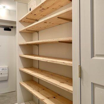 廊下には長ーい棚。帽子も型崩れせずに置けます。