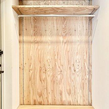 無垢のオープンクローゼットは玄関横に。※クリーニング前の写真です