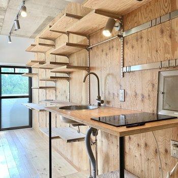 インテリアに溶け込んだ無垢キッチン。※クリーニング前の写真です