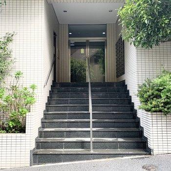 階段を少し上がった所にオートロックエントランスで安心感がありますよ。