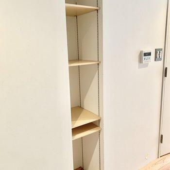 可動棚のオープン靴収納も。