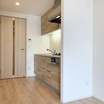 キッチンはドア横に。