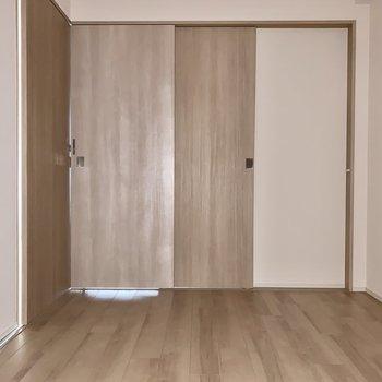 【洋室】日中は扉を開けっ放しにしておいても良いですね。※写真はフレッシュ撮影をしています