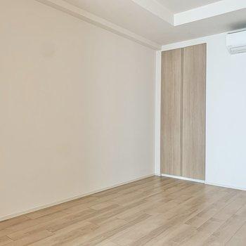 【洋室】寝室にするだけなら、セミダブルベッドくらいは置けそう。