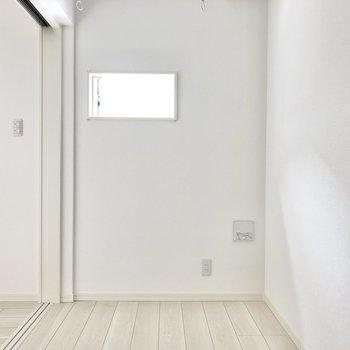 【洋室】ドアでリビングと仕切っても小窓から少しばかり光が入ってきそうですね。