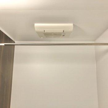 浴室乾燥機があるので洗濯物はここでも干せますよ。
