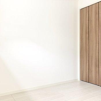 【洋室】シングルベッドがギリギリかな。シンプルな寝室になりそう◯