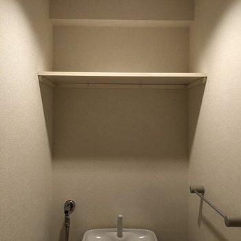 収納部は上部に。