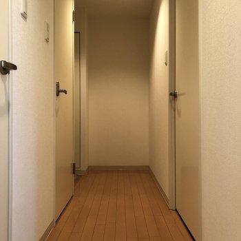長い廊下を抜けて玄関があります。