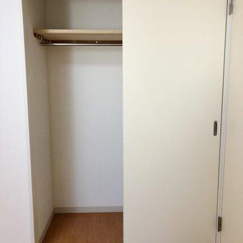 【洋室5.8帖】ロング丈のアウターなどお洋服は一通り収納できますね。
