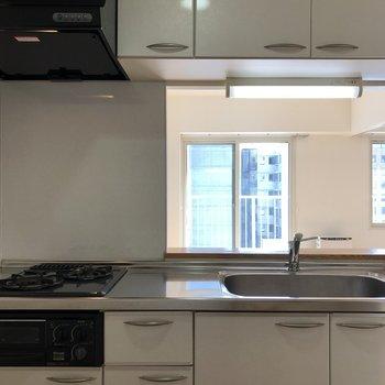 対面式のキッチン。収納も十分にあります。