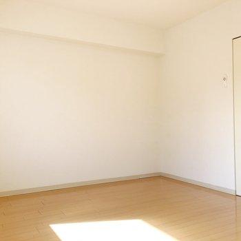 【洋室5.7帖】こちらは寝室として。