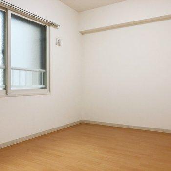【洋室5.8帖】北向きの優しい日当たりのお部屋。