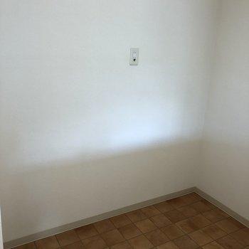 キッチンの後ろ側には冷蔵庫や家電などを置けるスペースも!