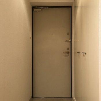 ゆとりのある玄関スペース。右壁全面が収納スペースになっています。