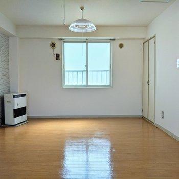 こちらの窓は南向きです。窓の前にベッドを置くといい感じ〜。