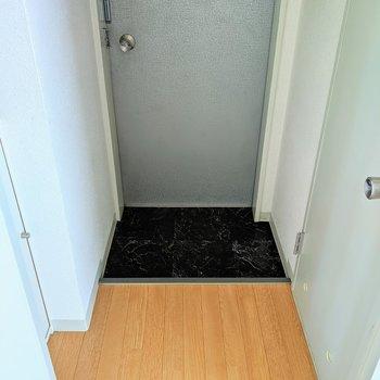 玄関はコンパクトですね。